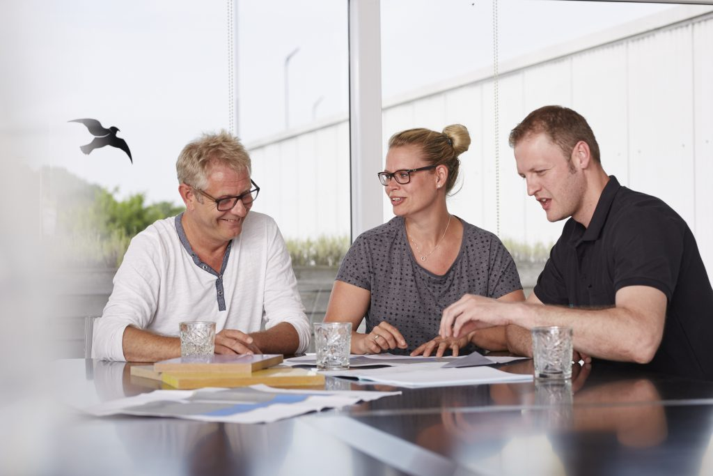 Tünnissen Messebau: Die Umsetzung von Messe- und Raumarchitektur verstehen wir als eine kollektive, kreative und technische Zusammenarbeit, die ein hohes Maß an Team-Player-Qualitäten erfordert.