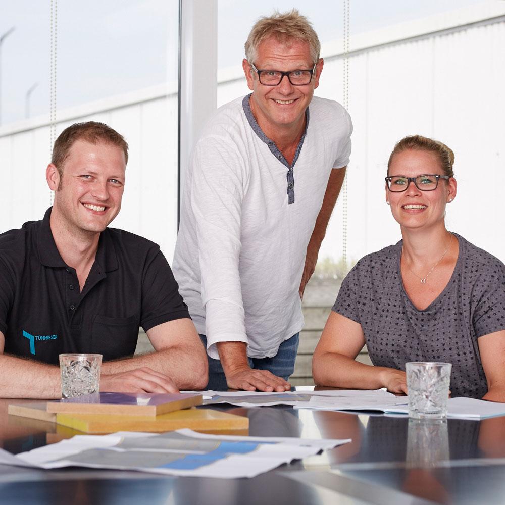 Mitarbeiter von Tünnissen im Besprechungsraum - Tünnissen Messen, Corporate Interiors, Events und Ausstellungen