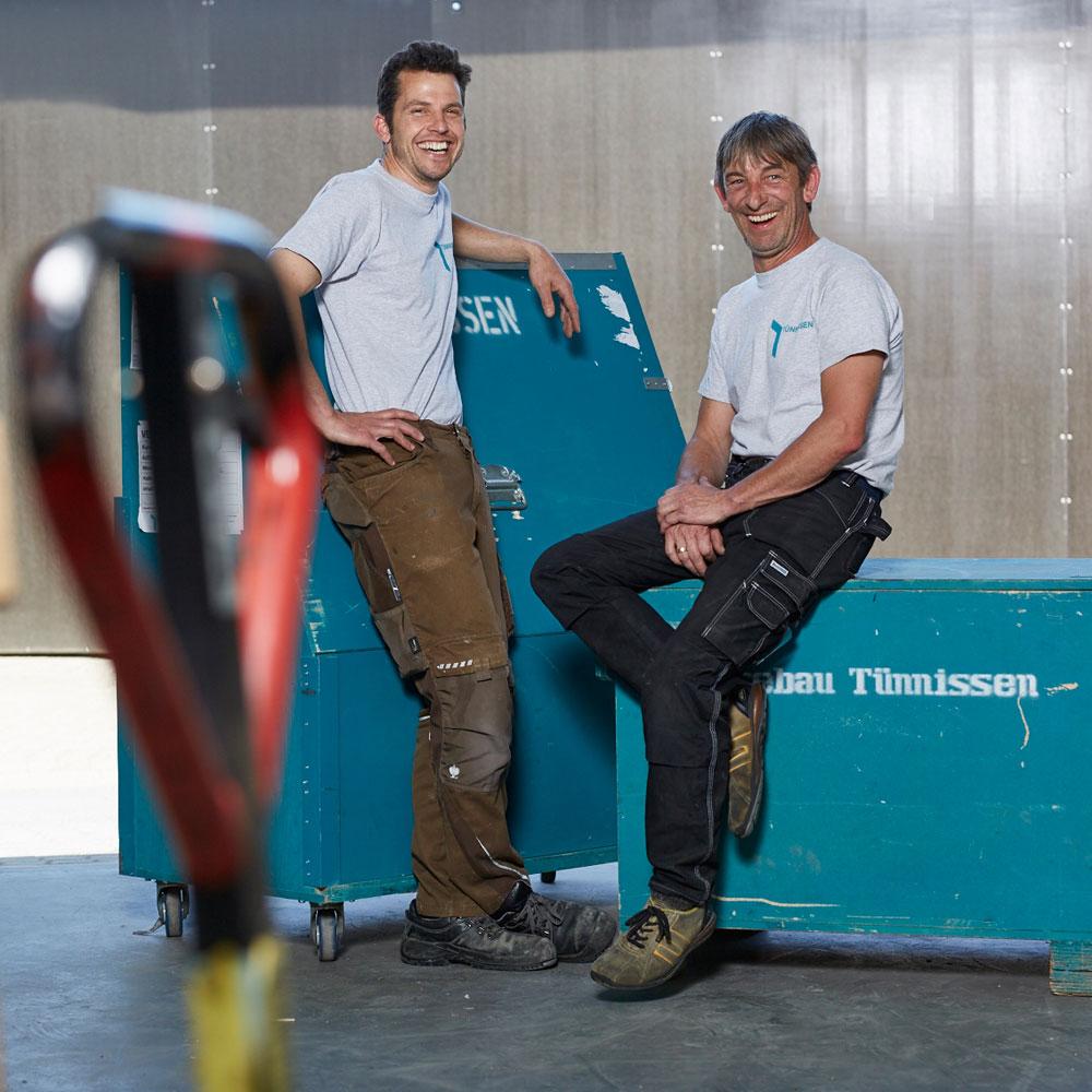 Zwei Handwerker in der Fertigungshalle - Tünnissen Messen, Corporate Interiors, Events und Ausstellungen