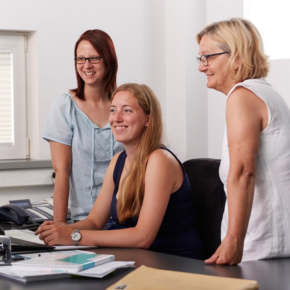 Drei Mitarbeiterinnen im Verwaltungsbüro - Tünnissen Messen, Corporate Interiors, Events und Ausstellungen