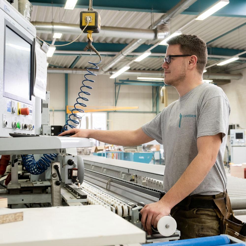 Mitarbeiter bedient den Computer in der Produktion - Tünnissen Interiors, Messen, Events und Ausstellungen NRW Deutschland Europe